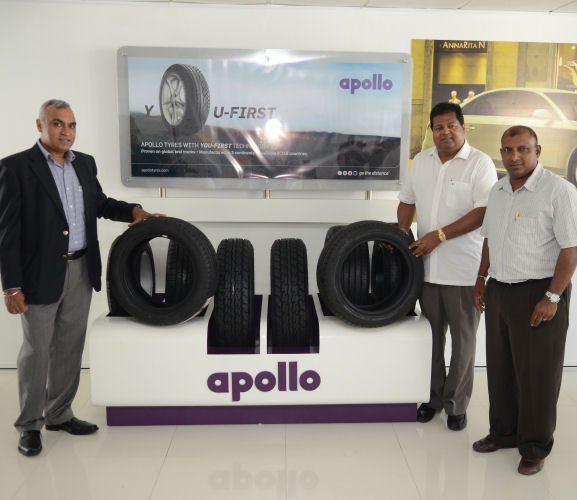 (l-r) Satish Sharma, Nalin Welgama, and Aravinda De Silva following the outlet's inauguration