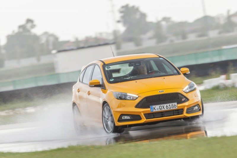A Ford Focus ST was used for the test of eight size 235/40 R18Y tyres
