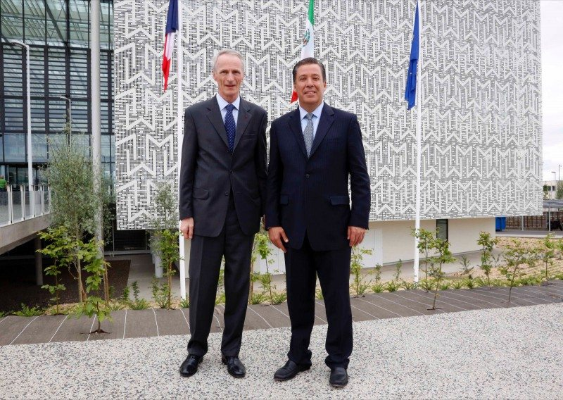 "Jean-Dominique Senard (l) expressed Michelin's confidence in Mexico and its workers, while Guanajuato state governor Miguel Márquez Márquez considers the tyre maker's arrival as ""great news"" for the country and the most important investment in León so far"