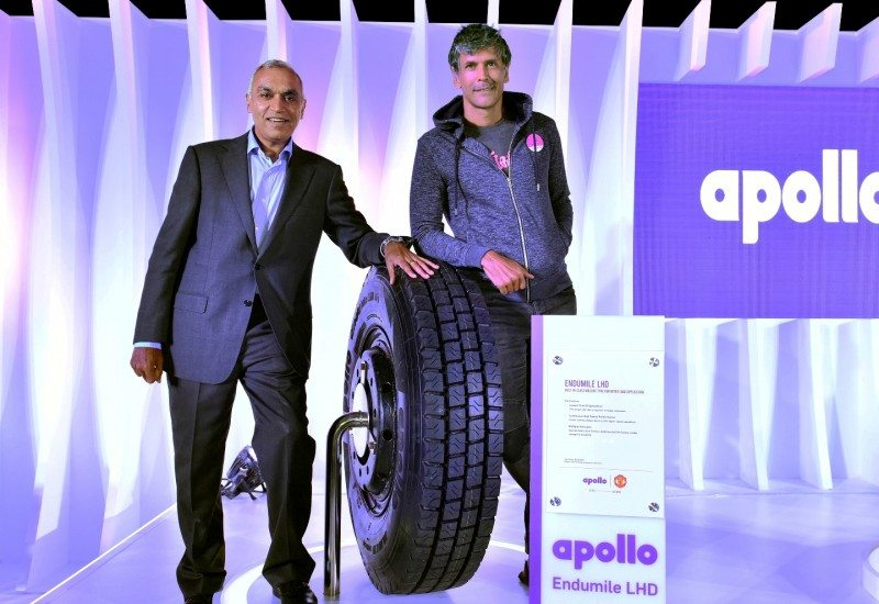 Satish Sharma (l) and Indian ironman title winner Milind Soman present the Apollo EnduMile LHD