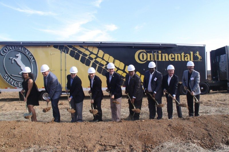 Government officials join Continental managers, including Tire division head Nikolai Setzer (4th from left), at the groundbreaking ceremony