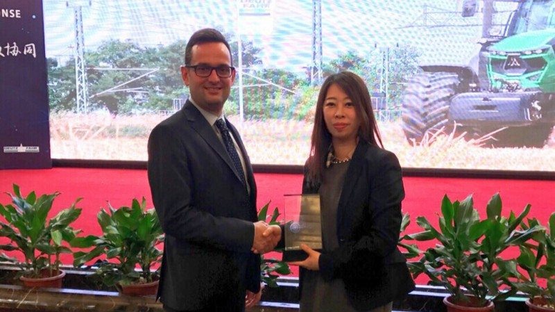 Andrea Borso, quality and technology director at Deutz-Fahr China, hands the award to Trelleborg's Sandy Luo