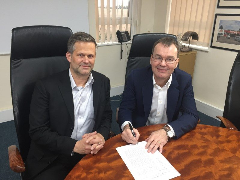 Torsten Gehrmann, senior managing director – Europe, Giti Tire (left) and Duncan Wilkes, managing director of Micheldever Tyre Services sign the new three-year distribution agreement.