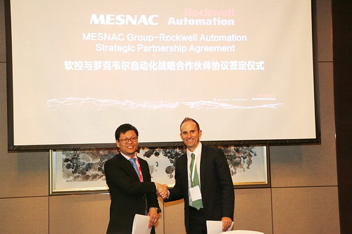 Yu Mingjin, vice president of Mesnac, and Bob Buttermore, managing director of Rockwell Automation Greater China, sign the agreement