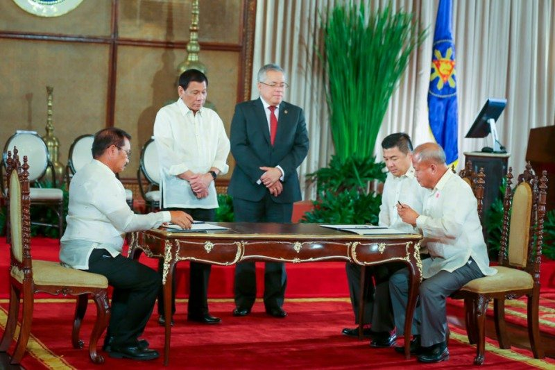 Agriculture Secretary Pinol signs the MoU with Dennis Uy, CEO of Phoenix Petroleum and PRFA president Armando Zaragoza (Photo: Gian Carlo Luague, DA-AFID)