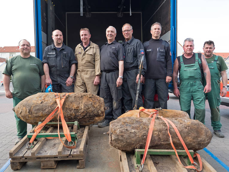 Bomb defusal experts with the three unexploded bombs (Photo: State Capital Hannover)