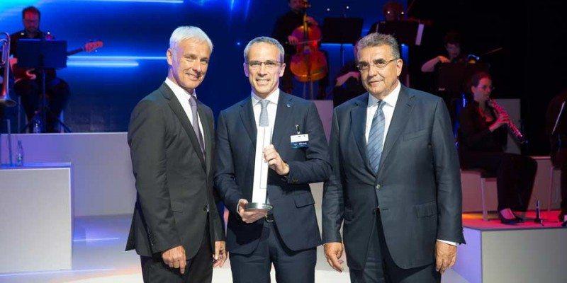 Matthias Müller (l) and Francisco Javier Garcia Sanz (r) present Bridgestone's Volkswagen Group Award to Paolo Ferrari