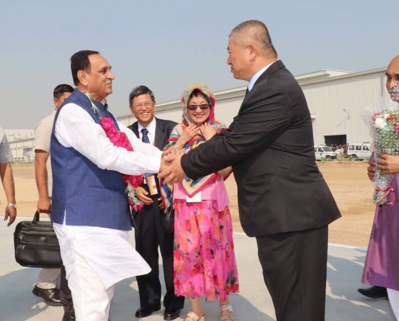 Vijaybhai Rupani (l), Chief Minister of Gujarat state, and Cheng-Yao Liao, president of Maxxis India at the plant launch in Sanand, Gujarat